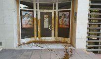 La sede de Ciudadanos en Hospitalet tras ser atacada con purines.