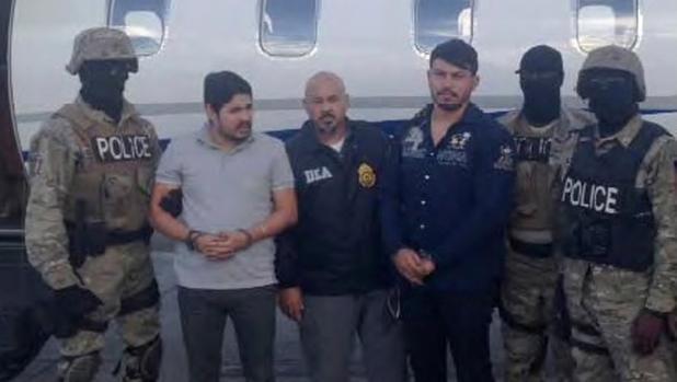 Efraín Antonio Campo Flores (segundo por la izquierda) y Franqui Francisco Flores de Freitas, tras su detención en Haití en 2015