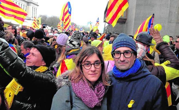 Imagen de twitter del asesor Jordi Sebastià donde aparece junto a la diputada Marta Sorlí bajo el texto 'demanant en Brusel.les que la Unió Europea protegesca la democràcia'.