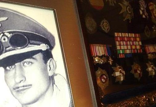 Una foto de Federico Fuentes de joven; al lado, su medallero