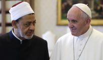 El Papa Francisco habla con el imán Ahmed Al Tayeb.
