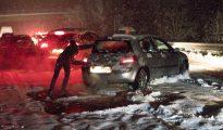 Miles de personas, atrapadas en las carreteras por el temporal de nieve en la operación retorno de Navidad
