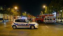 Coches de policía y de bomberos, en los Campos Elíseos de París (Francia), en el lugar donde se perpetró un ataque terrorista el 20 de abril de 2017. El atacante asesino a un policía e hirió a otro. (Foto: Aurelien Meunier/Getty Images).