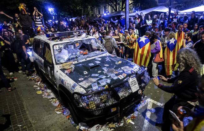 Coche de la Guardia Civil cubierto de pegatinas durante las jornadas de odio promovidas por los separatistas.