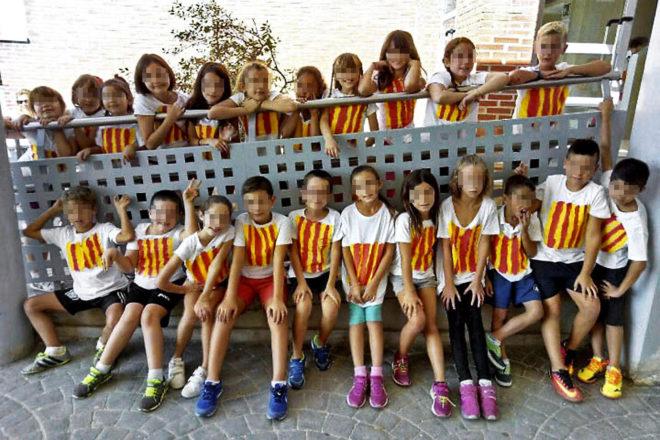 Niños del colegio Segària de El Verger (Alicante) con banderas catalanas pintadas en sus camisetas (El Mundo)
