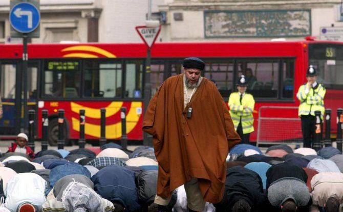 Musulmanes orando en la emblemática plaza londinense Trafalgar Square.