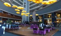 El 'hall' del hotel Fairmont Rey Juan Carlos I de Barcelona, uno de los cinco estrellas que se aprieta el cinturón / CG