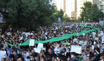 Un grupo de gente protesta en Teherán, Irán, durante el levantamiento popular conocido como Movimiento Verde, contra el fraude electoral. 16 de junio de 2009. (Imagen: Milad Avazbeigi/Wikimedia Commons).