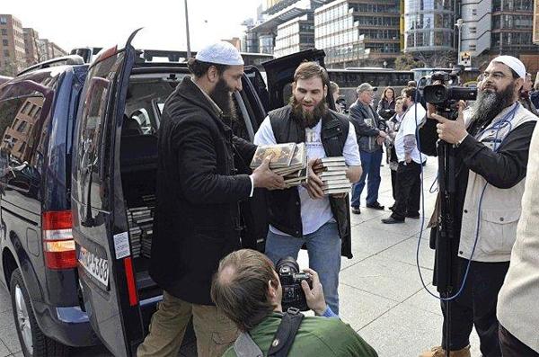 Islamistas reparten libros en Alemania.