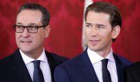 El nuevo canciller federal, Sebastian Kurz (d), y el líder identitario Heinz- Christian Strache hablan, durante la jura del cargo.