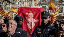 Banderas españolas y valencianas contra el esperpento (foto ABC)