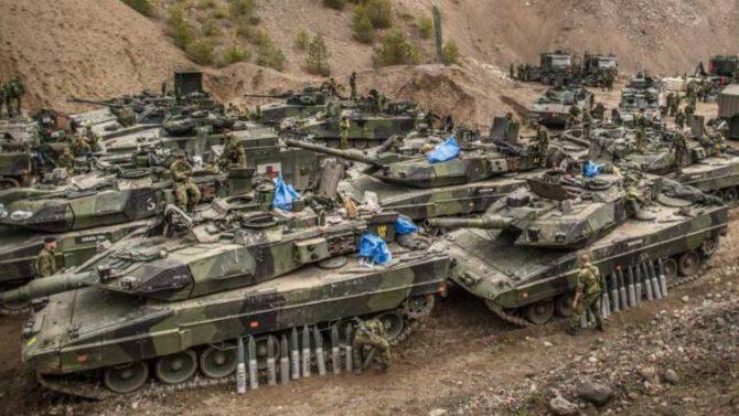 Carros de combate suecos durante unas maniobras.