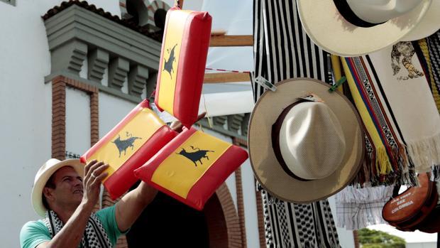 Un hombre coloca artículos taurinos en los aledaños del coso de Manizales