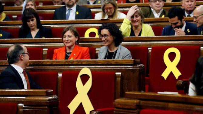 La presidenta del Parlament, Carmen Forcadell (i), y la secretaria general de ERC, Marta Rovira (d), rodeadas por varios escaños vacios adornados con lazos amarillos, poco antes del comienzo del pleno de constitución para dar inicio a la XII legislatura.