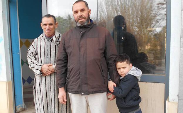 Abderramane Vacini, Abderrahim Chokrallah y su hijo, junto a la puerta del local que acogerá la mezquita. (foto El Norte de Castilla)