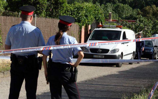 Dos agentes de los Mossos d'Esquadra custodian una zona acordonada.
