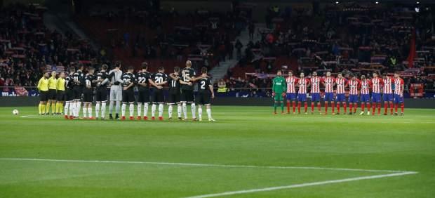 Minuto de silencio previo al Atlético - Sevilla.