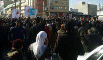 Manifestantes contrarios al régimen en Kermanshah, Irán, el 29 de diciembre de 2017. (Imagen: VOA News/Wikimedia Commons).