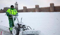 Un operario retira la nieve caída durante la noche y la madrugada en Ávila