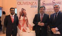 Manuel González, Fernández Vara y José Cutiño, durante la presentación del cartel de Olivenza