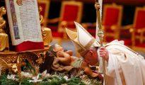 El Papa Francisco besa la imagen del Niño Jesús en la basílica de San Pedro, en el Vaticano