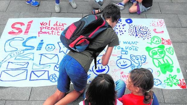 Niños pintan pancartas a favor del 1-O