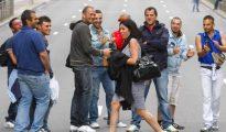 Una mujer pasa por delante de un grupo de hombre por la calle (ABC)
