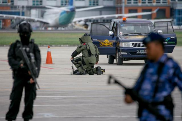 La policía de Indonesia demuestra sus habilidades antiterroristas durante un simulacro de seguridad.