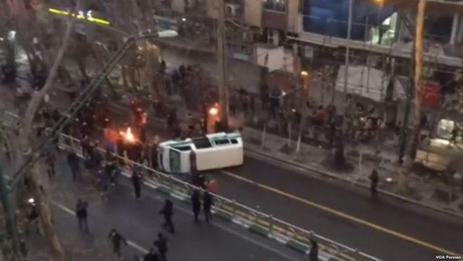 Una de las protestas registradas recientemente en la Avenida Valiasr de Teherán. (Imagen: VOA).