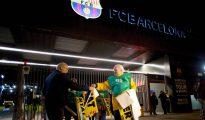 Reparto de banderolas amarillas ante el Camp Nou.