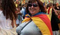 Rosa María Miras Puigpinos, en una manifestación independentista, con una estelada sobre los hombros.