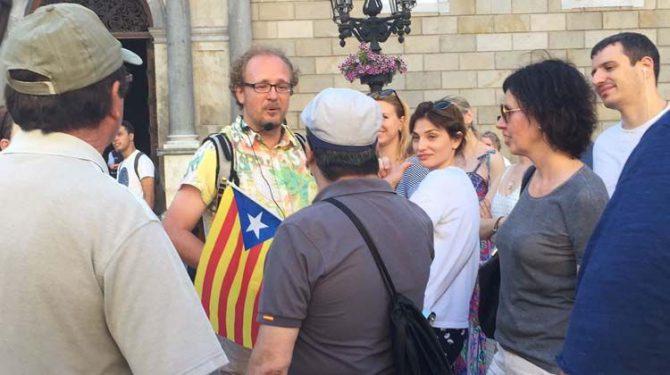 Catalanes increpan a un guía que usa la estelada como bandera de Cataluña