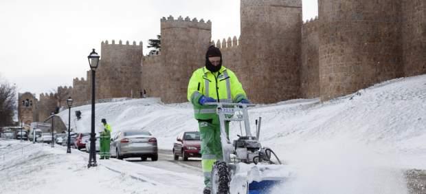 Un operario retira la nieve acumulada junto a la Muralla de Ávila, que amanecía bajo un manto blanco debido al temporal de frío y nieve que afecta a gran parte del país.