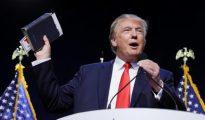 Trump con la Biblia, en uno de sus mítines.
