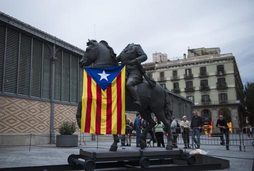 La escultura ecuestre de Franco sin cabeza en la exposición «Franco, Victoria, República. Impunidad y espacio urbano», en el Born Centre Cultural
