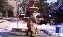 Una anciana iraní se quita el velo para denunciar el 'hiyab' obligatorio