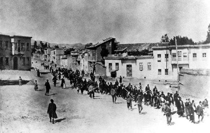 Los regímenes turcos cometieron sus mayores ataques contra los cristianos de Anatolia durante el genocidio de 1914-1923 contra griegos, armenios y asirios (siríacos/caldeos). Lamentablemente, no ha habido una manifestación pública de protesta en Turquía contra la negativa del Gobierno a reconocer este genocidio, en el que al menos tres millones de cristianos fueron asesinados. En la imagen, civiles armenios escoltados por soldados otomanos en Harput, abril de 1915. (Foto: Cruz Roja Americana-Cross/Wikimedia Commons).