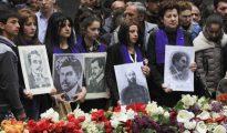 Armenios sostienen retratos de las víctimas durante una ceremonia conmemorativa por el centenario del genocidio armenio a manos del Imperio Otomano, en Yereván