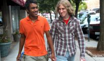 Una pareja gay pasando por Bermudas.
