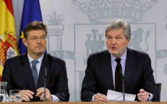 El ministro de Justicia Rafael Catalá, y el ministro portavoz Íñigo Méndez de Vigo, durante la rueda de prensa celebrada hoy en el Palacio de la Moncloa.