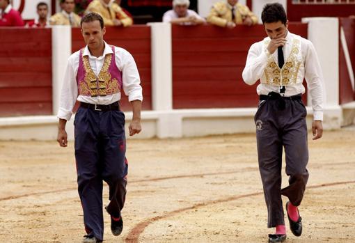 Ferrera y Castaño, con pantalón de monosabio, camino de la enfermería