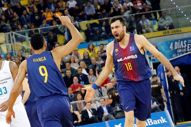 Los jugadores del Barcelona Pierre Orriola (d) y Adam Hanga (i) celebran una canasta.