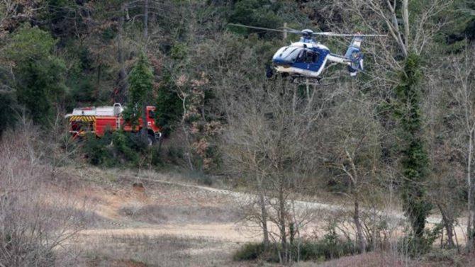 Un helicóptero de la Gendarmería francesa, en la zona donde se estrellaron dos aparatos este viernes