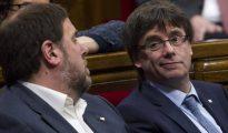 Foto de archivo de Junqueras y Puigdemont en el Parlamento catalán.