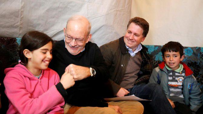 ustin Forsyth, el segundo por la derecha, durante una visita a Siria