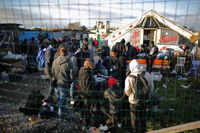Calais, Francia, 8 de octubre de 2016: inmigrantes del campo denominado La Jungla, poco antes de que fuera clausurado por las autoridades.