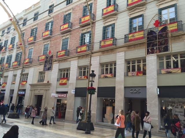 La calle Larios de Málaga repleta de banderas españolas.