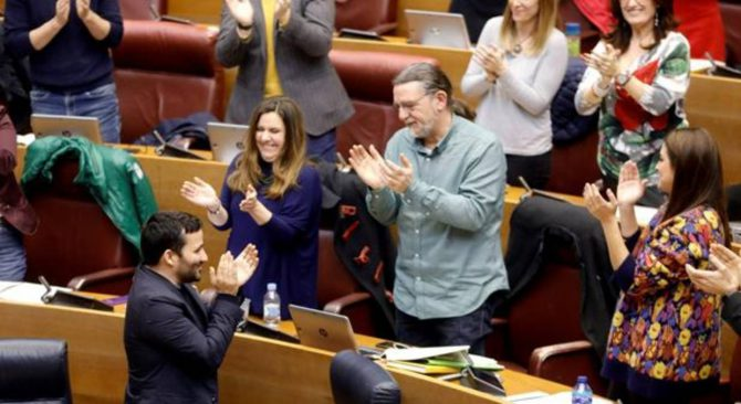 El conseller de Educación, Vicent Marzà, aplaude desde su escaño tras la aprobación de la nueva ley