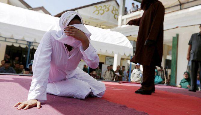 Una mujer indonesia recibe 26 latigazos por tener sexo fuera del matrimonio.