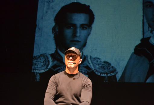 Néstor García, con la imagen de Iván Fandiño de fondo, en el Teatro Bellas Artes